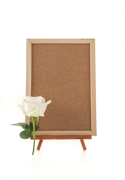 Blanco kunstbord met roos Gratis Foto