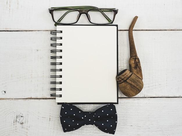 Blanco pagina van kladblok voor uw wensen Premium Foto