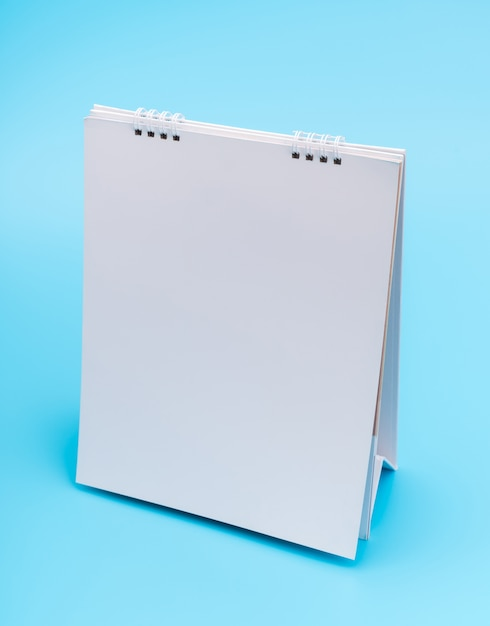 Blanco tabel kalender met pagina's, geïsoleerd op blauwe achtergrond. Gratis Foto