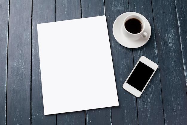 Blanco tijdschrift of catalogus cover mockup, met koffiekopje en smartphone Premium Foto