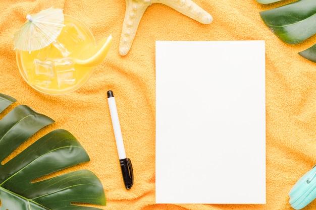 Blanco vel papier met strand objecten op lichte achtergrond Gratis Foto