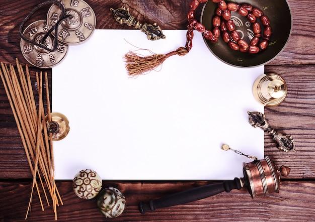 Blanco wit vel en antieke religieuze voorwerpen Premium Foto