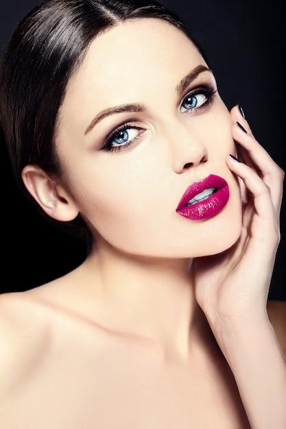 Blanke jonge vrouw model met lichte make-up, perfecte schone huid en kleurrijke roze lippen Gratis Foto