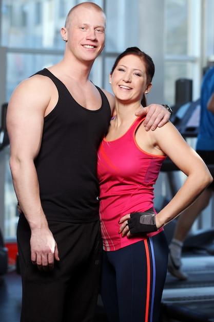 Blanke paar poseren in een sportschool Gratis Foto