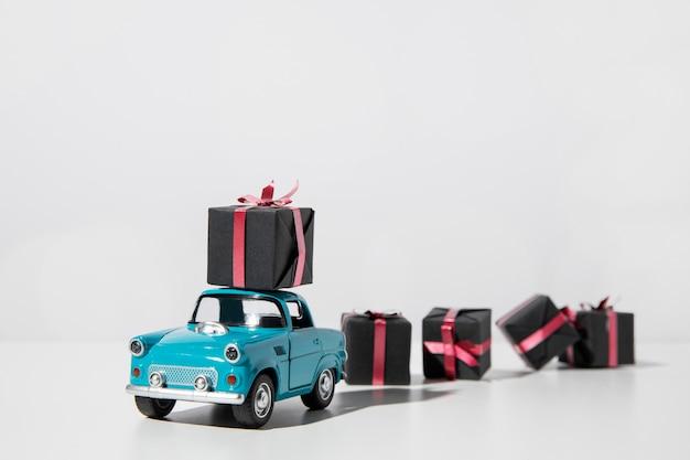 Blauw autostuk speelgoed met huidige dozen Premium Foto