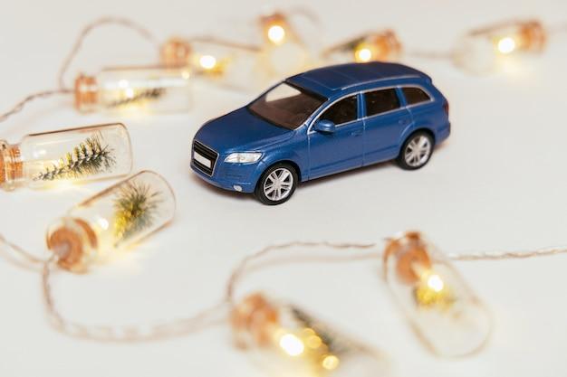 Blauw autostuk speelgoed met lichten op de achtergrond. guirlande Premium Foto