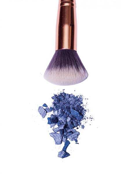 Blauw en grijs oogschaduwpoeder met geïsoleerde borstel ,. Premium Foto