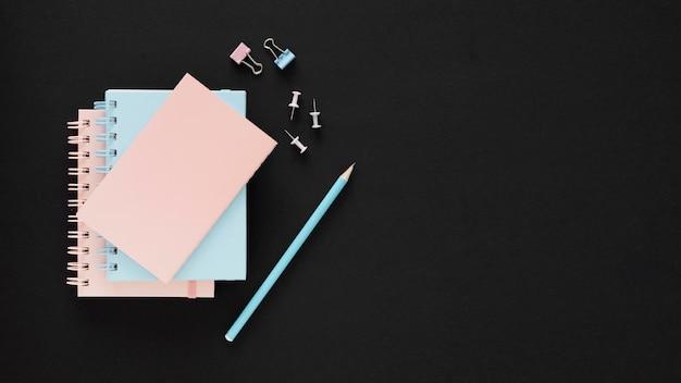 Blauw en roze papieren gelukkige leraar dag concept Gratis Foto
