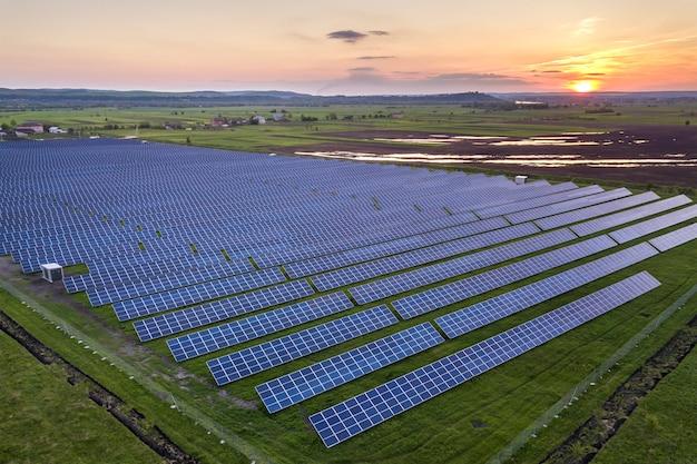 Blauw fotovoltaïsch zonnepaneelsysteem dat hernieuwbare schone energie produceert op het platteland Premium Foto