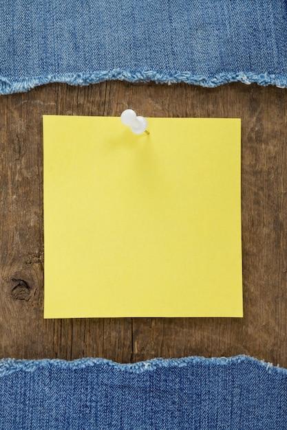 Blauw jean en notadocument op houten textuur Premium Foto
