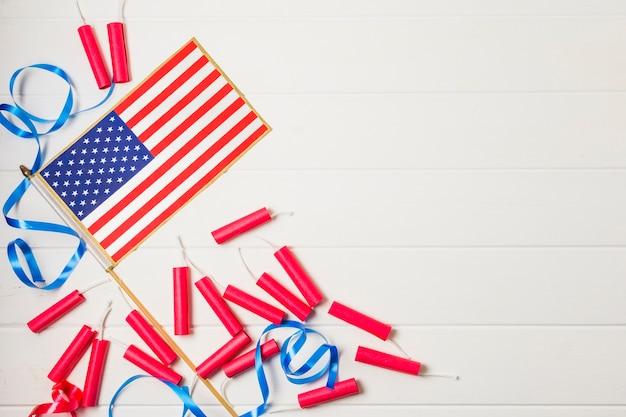 Blauw lint en rood voetzoekers met de vlag van de vs op witte plankachtergrond Gratis Foto