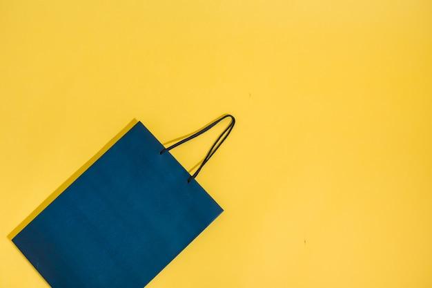 Blauw pakket op een gele geïsoleerde achtergrond met ruimte voor tekst Premium Foto