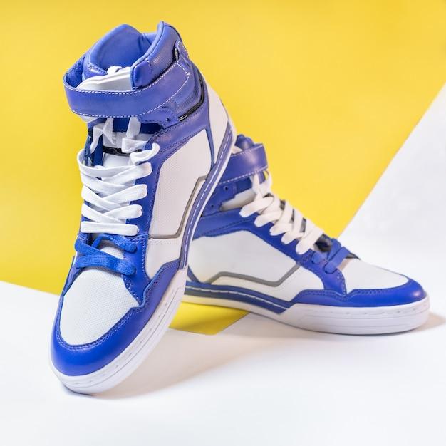 Blauw witte hoge geïsoleerde bovenkanten schoenen Premium Foto