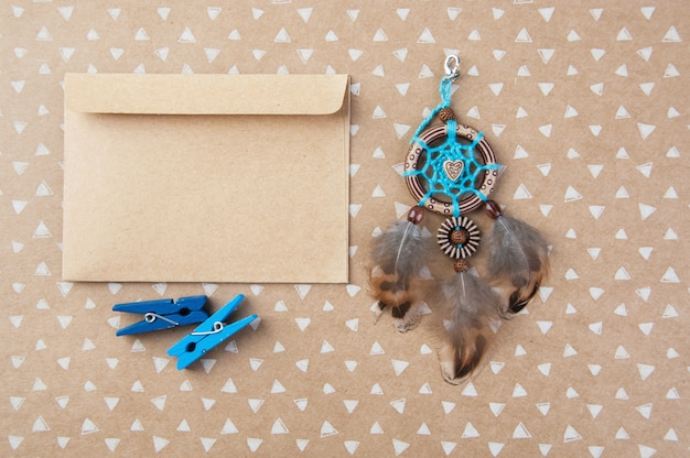 Blauwbruine dromenvanger en kraft-envelop Premium Foto