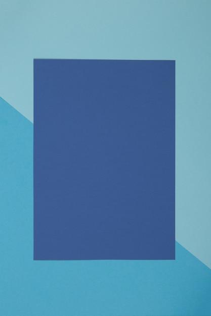 Blauwe achtergrond, gekleurd papier verdeelt geometrisch in zones Premium Foto