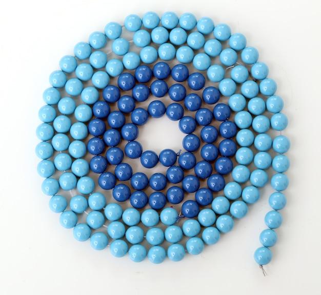 Blauwe armband op een witte achtergrond Gratis Foto
