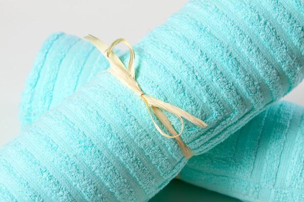 Blauwe badstof handdoeken vastgebonden met een lint Premium Foto