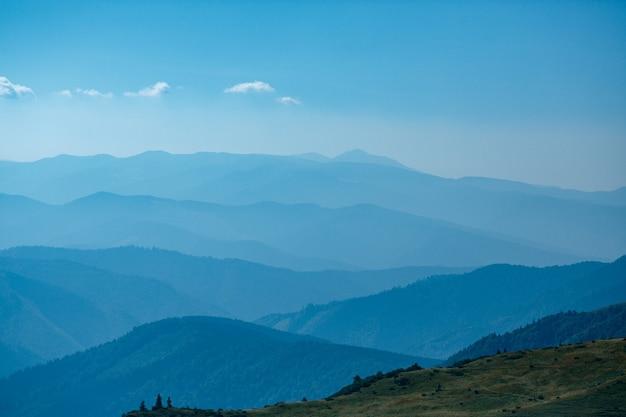 Blauwe bergen in oekraïne karpaten Premium Foto