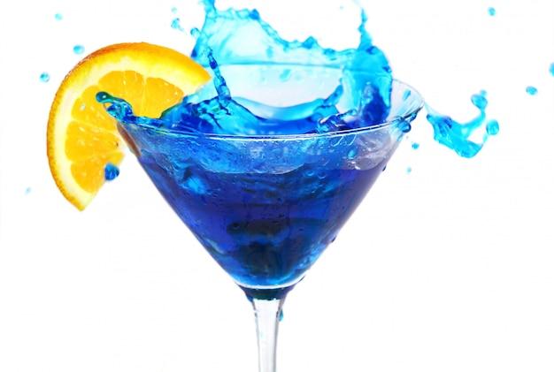 Blauwe cocktail met sinaasappel Gratis Foto