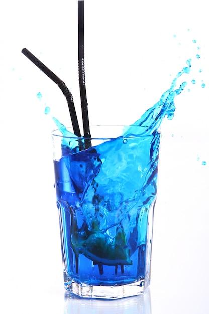 Blauwe cocktail met spatten geïsoleerd op wit Gratis Foto