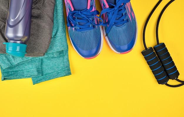 Blauwe damessneakers en -kleding voor sport en fitness Premium Foto