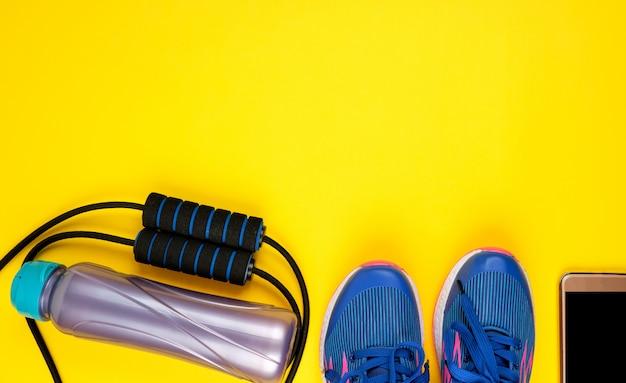 Blauwe damessneakers en springtouw voor sport en fitness Premium Foto