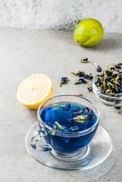 Blauwe de bloemthee van de vlindererwt Premium Foto