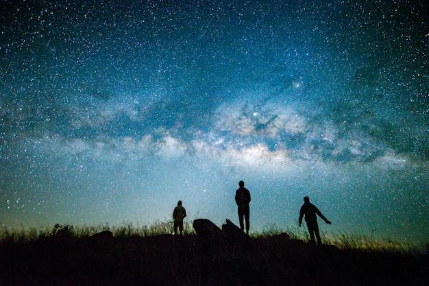 Blauwe donkere nachtelijke hemel met met ster melkweg ruimte achtergrond Premium Foto