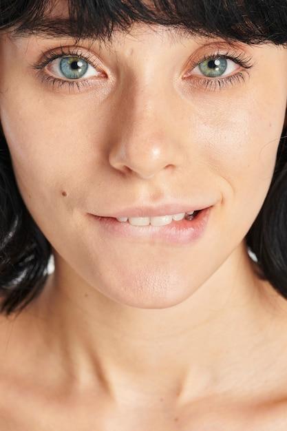 Blauwe eyed vrouw haar lip bijten Gratis Foto