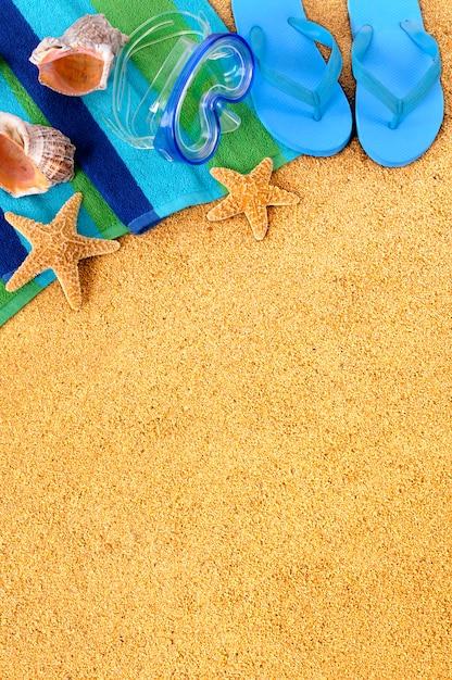 Blauwe flip flops op het strand Gratis Foto