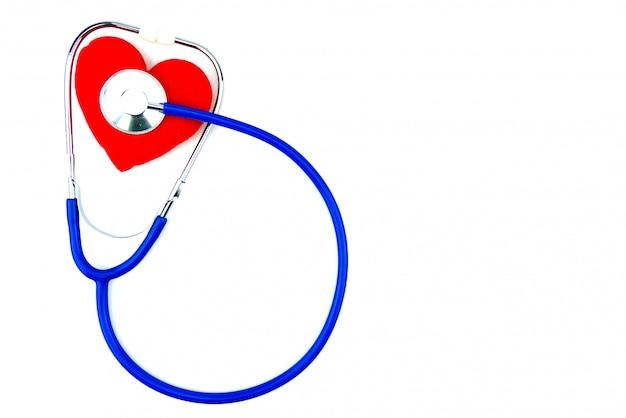 Blauwe geïsoleerde stethoscoop en rood hart op witte achtergrond Premium Foto