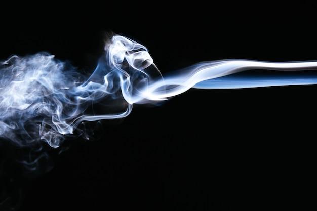 Blauwe golvende rook op zwarte achtergrond Gratis Foto