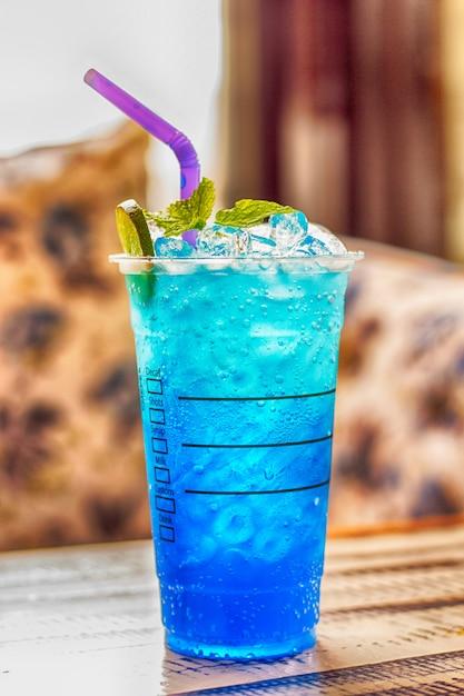 Blauwe hawaiiaanse limoensoda / iced blue hawaii Premium Foto