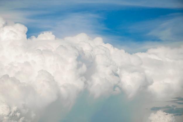 Blauwe hemel met witte wolken, duidelijke blauwe hemel met duidelijke witte wolk met ruimte voor tekstachtergrond Premium Foto