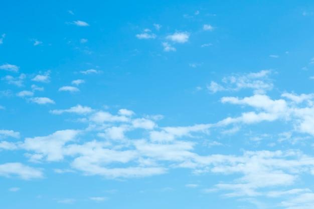 Blauwe hemelachtergrond met uiterst kleine wolken Gratis Foto