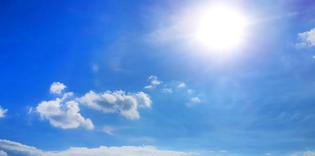 Blauwe hemelachtergrond met wolken Gratis Foto