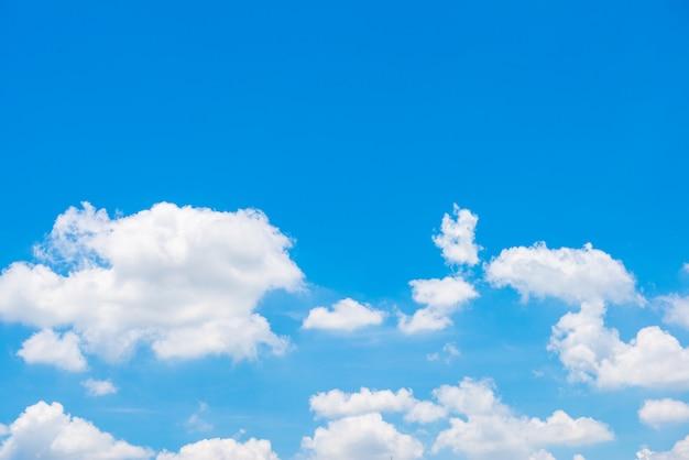 Blauwe hemelachtergrond met wolken Premium Foto