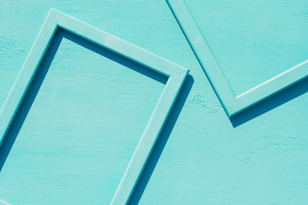 Blauwe houten frames op een blauw met ruimte voor tekst Premium Foto