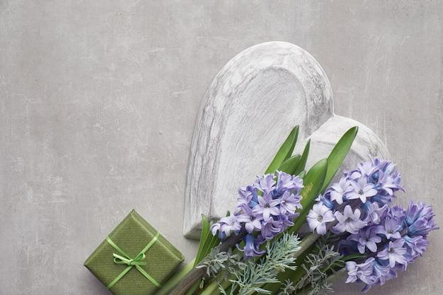 Blauwe hyacintbloemen op lichte steen Premium Foto