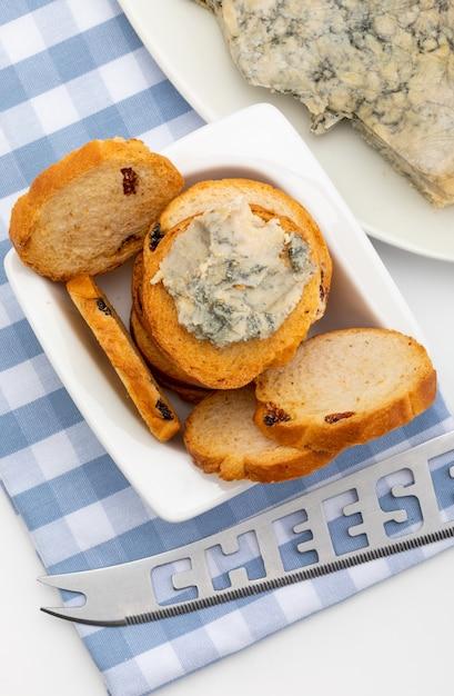 Blauwe kaas verspreid op geroosterd brood. Premium Foto