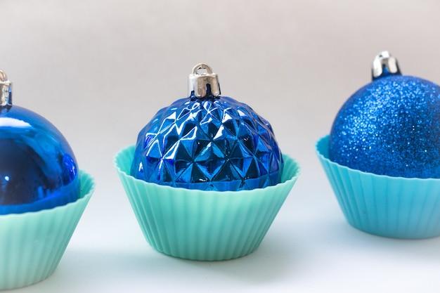 Blauwe kerstballen op een witte achtergrond Premium Foto