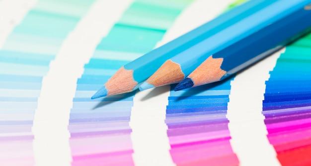 Blauwe kleurpotloden en kleurenkaart van alle kleuren Premium Foto