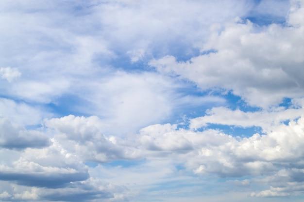Blauwe lucht die door de wolken schijnt Premium Foto