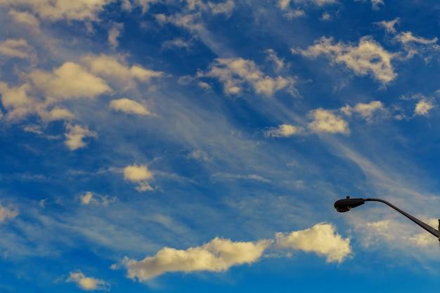 Blauwe lucht en wolken achtergrond. Premium Foto