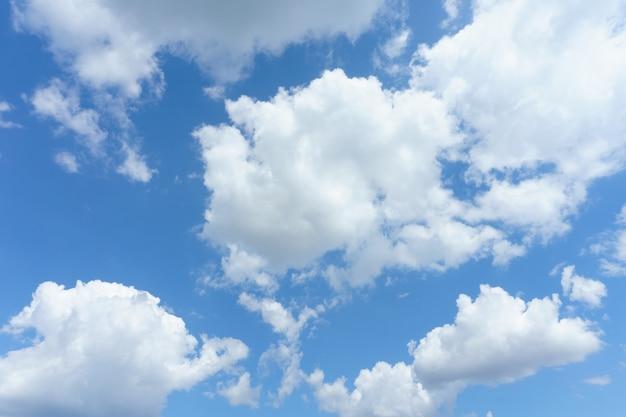 Blauwe lucht met wolken achtergrond. Gratis Foto