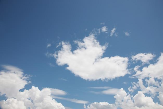 Blauwe lucht met wolken Gratis Foto