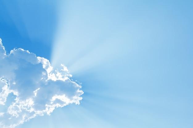 Blauwe lucht met zon en mooie wolken Gratis Foto