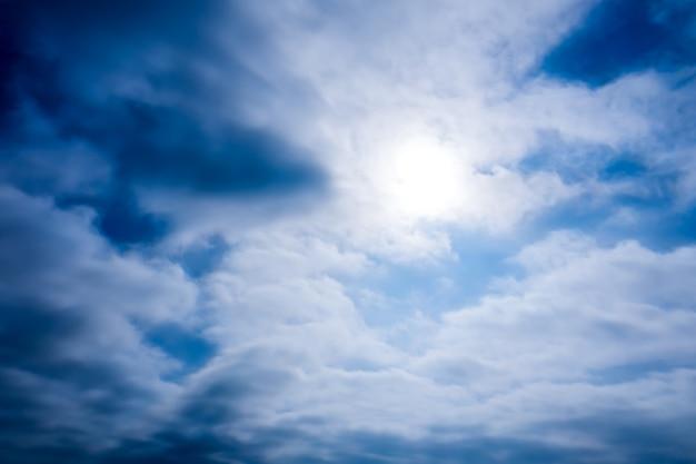 Blauwe luchten met felle zonnester en cou nomadische wolken Premium Foto