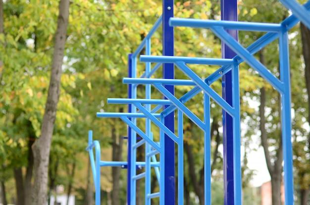 Blauwe metalen buizen en dwarsbalken tegen een straat sportveld Premium Foto