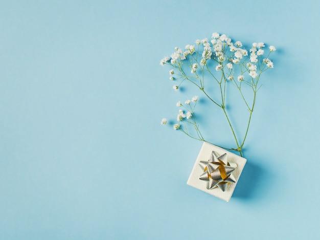 Blauwe mode, bloemen plat leggen achtergrond Premium Foto